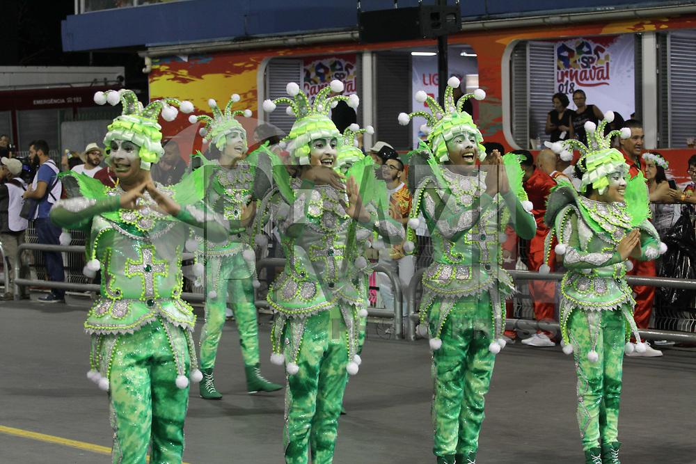 SÃO PAULO,SP, 10.02.2018 - CARNAVAL-SP - Integrantes da escola de samba X-9 Paulistana durante desfile do grupo especial do Carnaval de São Paulo no Sambódromo do Anhembi na região norte de São Paulo na noite deste sábado, 10. (Foto: Nelson Gariba/Brazil Photo Press)