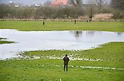 Nederland, Erlecom, 27-12-2012Een groepje jagers en drijvers lopen op een weiland op zoek naar klein wild.Foto: Flip Franssen/Hollandse Hoogte