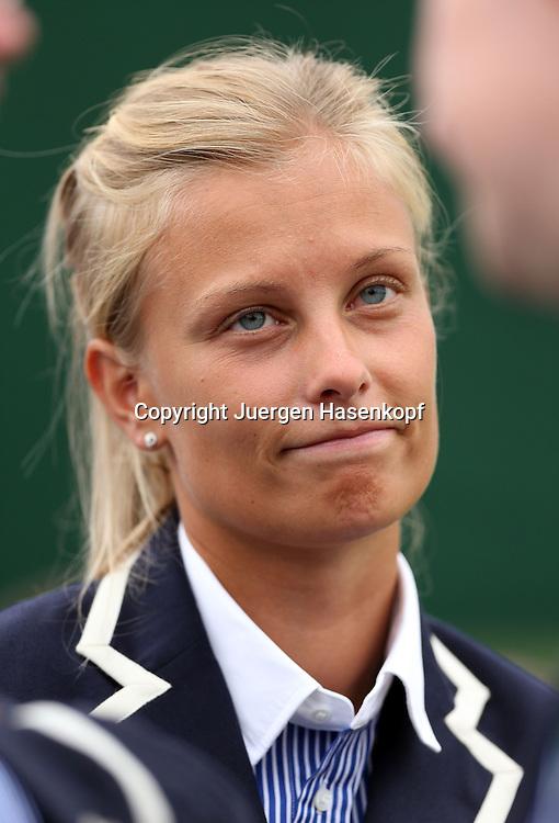 Wimbledon Championships 2014, AELTC,London,<br /> ITF Grand Slam Tennis Tournament,huebsche blonde Linienrichterin,Portrait,<br /> Hochformat,Feature