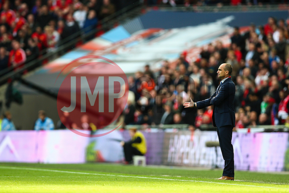Everton Manager Roberto Martinez gives instructions from the sideline - Mandatory byline: Jason Brown/JMP - 07966386802 - 23/04/2016 - FOOTBALL - Wembley Stadium - London, England - Everton v Manchester United - The Emirates FA Cup