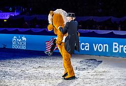 BREDOW-WERNDL Jessica von (GER) mit Maskottchen<br /> München - Munich Indoors 2018<br /> Showabend - Die Nacht der WM Helden<br /> 24. November 2018<br /> © www.sportfotos-lafrentz.de/Stefan Lafrentz