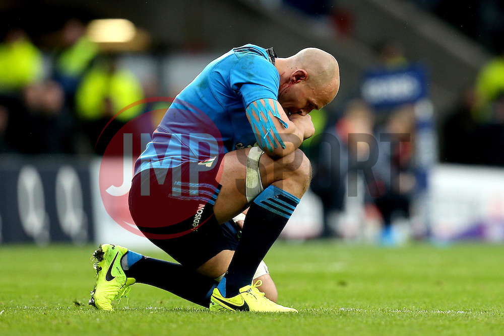 Sergio Parisse of Italy crouches down with a bloodied ear - Mandatory by-line: Robbie Stephenson/JMP - 26/02/2017 - RUGBY - Twickenham Stadium - London, England - England v Italy - RBS 6 Nations round three