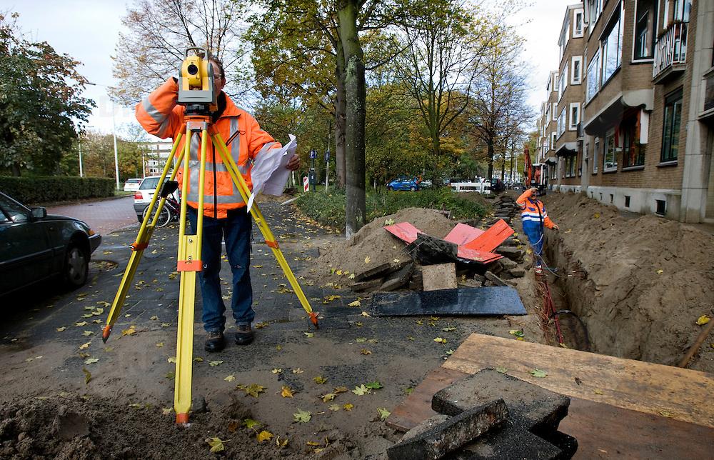 Nederland Rotterdam 30 oktober 2007 20071030 Foto: David Rozing ..Werkzaamheden Landmeters in Rotterdam Blijdorp.Een geodeet is een landmeetkundige, een beoefenaar van de geodesie. Hij bepaalt oppervlaktes door middel van cartografie. De landmeter is de vakspecialist die het openbare of private onroerend eigendom, gebouwd of niet, zowel boven- als ondergronds, identificeert, afpaalt, opmeet, schat, met inbegrip van de werken die er worden uitgevoerd en die de registratie ervan regelt, alsook die van de eraan verbonden zakelijke rechten. Bij uitbreiding bestudeert, ontwerpt en stuurt hij de ruimtelijke ordening en planning, zowel landelijk als stedelijk. Hij getuigt van technische, juridische, economische, landbouwkundige en sociale kennis, die met de hierboven aangehaalde onderwerpen in verband staat.