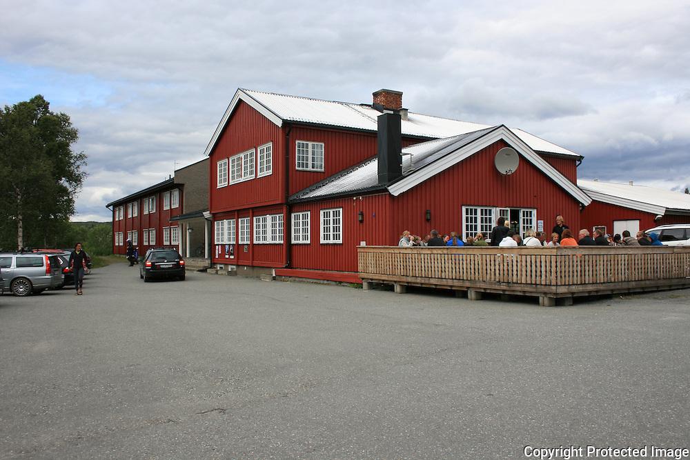 Folkeliv ved Væktarstua, under Tydalsfestival'n. Foto: Bente Haarstad