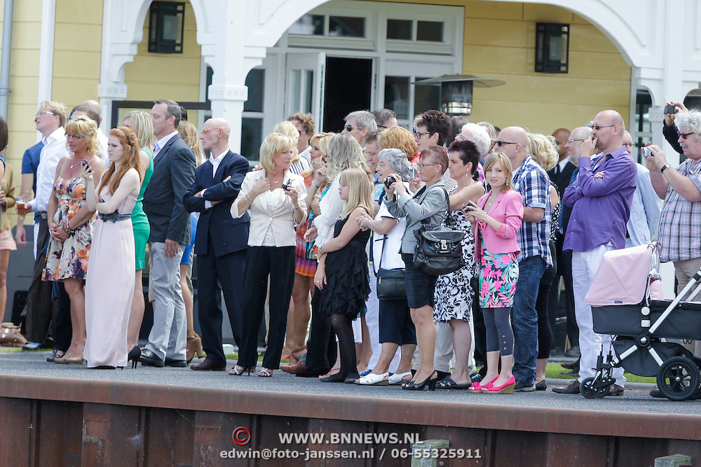 NLD/Huizen/20120707 - Huwelijk Jeroen Nieuwenhuize en Kayla Borderveld, familie en vienden wachten in spanning af