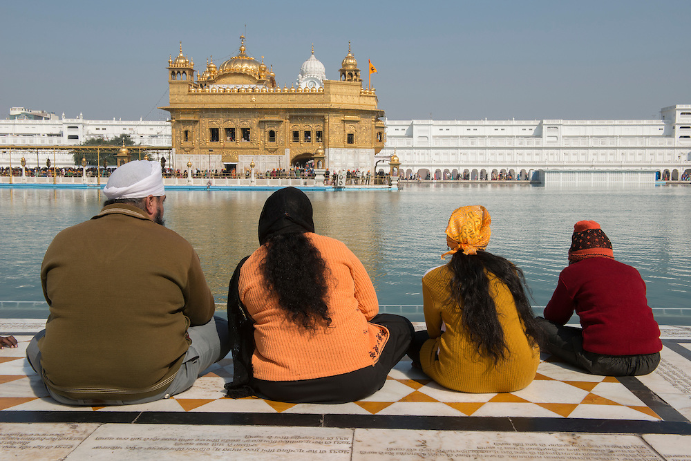 Asia, India, Punjab, Amritsar, The golden temple, sikh family at pond