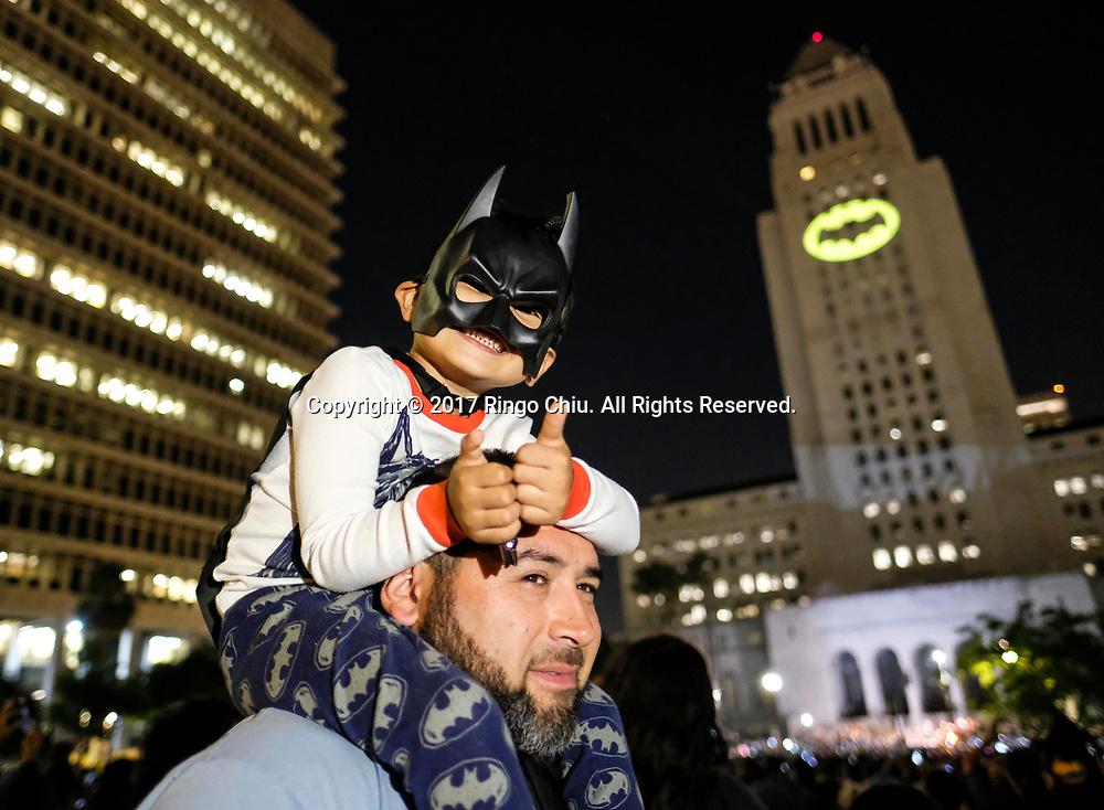 6月15日,美国洛杉矶市中心,蝙蝠信号被投射到洛杉矶市政厅大楼外。当晚,为纪念&ldquo;蝙蝠侠&rdquo;演员亚当&middot;西斯,洛杉矶市政厅把蝙蝠信号投射到洛杉矶市政厅大楼外。新华社发 (赵汉荣摄)<br /> A boy dressed as Batman as the Bat-signal is projected onto Los Angles City Hall during a tribute of &quot;Batman&quot; actor Adam West in Los Angeles, the United States, June15, 2017. (Xinhua/Zhao Hanrong)(Photo by Ringo Chiu)<br /> <br /> Usage Notes: This content is intended for editorial use only. For other uses, additional clearances may be required.