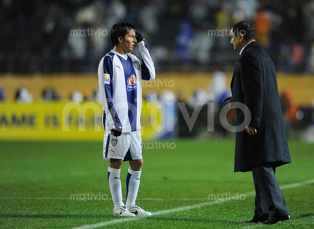 Fussball international 2008/2009 FIFA Club WM Japan 2008 Halbfinale 17.12.2008 Pachuca - Liga de Quito Francesco TORRES (l) mit Trainer Enrique MEZA (Pachuca).
