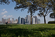 New York. the skyline of Manhattan view from governor island; in the heart of New York Harbor.  For almost two centuries, Governors Island was a military base - home to the US Army and Coast Guard; The 172-acre Island, 52 landmarked buildings  / le panorama du sud de manhattan vu depuis governor island, au centre du port de new York , pendant 200 ans cette ile a ete occupee par l armee, aujourd'hui elle appartient a la ville qui en a fait un parc public