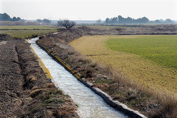 Spanje, Aragon, 24-8-2005..een irrigatiekanaal loopt door een landbouwgebied. het water komt uit de rivier de Ebro.  ..Foto: Flip Franssen