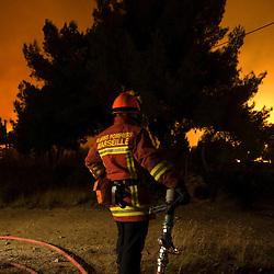 Sapeurs-pompiers du SDIS 13, renforts sapeurs-pompiers de la région et sapeurs forestiers engagés sur le feu de forêt de Carry le Rouet à proximité de l'étang de Berre.<br /> Juillet 2010 / Martigues (13) / FRANCE<br /> Voir le reportage complet (52 photos) http://sandrachenugodefroy.photoshelter.com/gallery/2010-07-Incendie-de-letang-de-Berre-SDIS13-Complet/G0000RIDrbC84eco/C0000yuz5WpdBLSQ