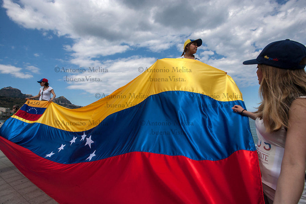 Alcune militanti anti-Maduro a margine del corteo No G7 a Giardini Naxos.
