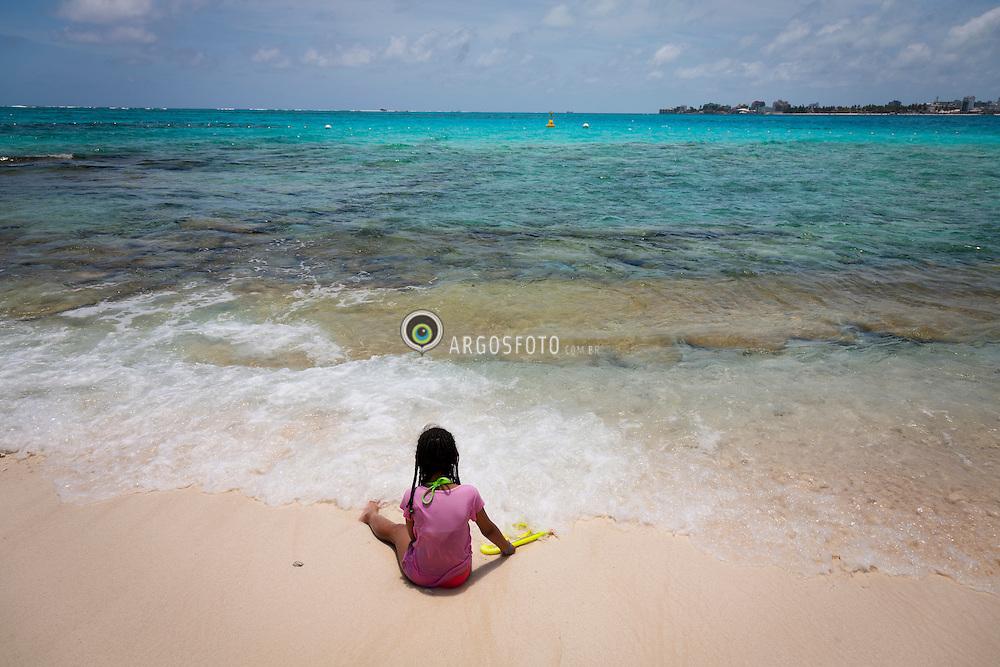 """A Ilha de San Andres eh a maior das ilhas que formam parte do Arquipelago de San Andres, Providencia e Santa Catalina, sendo sua extensao total de 26 km². Pertence a Colombia desde o ano de 1803. Uma das atracoes turistcas da ilha, conhecida como """"Aquario"""", Johnny Cay, pequena ilhota de areias brancas com muitos coqueiros. Menina brincando na praia / /San Andres (island) is a coral island among the Colombian islands in the Caribbean Sea. Johnny Cay is a small coral islet that is located 1.5 km (0.93 mi) to the north of San Andres Town. It is a scenic place with white-sand beaches surrounded by coconut plantations"""