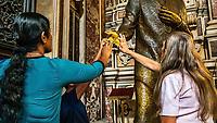 Eglise du Gesu Nuovo, sur la place du meme nom. <br /> Amenage dans l'ancien palais Sanseverino a la fin du xvie&nbsp;siecle, l'edifice se demarque par sa sombre fa&ccedil;ade a bossage, en pointes de diamant, vestige du palais du xve&nbsp;siecle. Peintures de Francesco Solimena, Jose de Ribera, Luca Giordano, Giovanni Lanfranco et Massimo Stanzione a l'interieur.<br /> <br /> Naples fut d'abord fondee au cours du viie&nbsp;siecle avant notre ere sous le nom de Parthenope par la colonie grecque de Cumes. <br /> Ce premier etablissement fut appele Palaiopolis (la ville ancienne). <br /> Lorsqu'une seconde ville fut fondee vers 500 avant notre ere par de nouveaux colons, cette nouvelle fondation fut appelee Neapolis (nouvelle ville).<br /> Alliee de Rome au ive&nbsp;siecle av.&nbsp;J.-C., la ville conserve longtemps sa culture grecque et restera la ville la plus peuplee de la botte italique et sans aucun doute sa veritable capitale culturelle.<br /> Elle rempla&ccedil;a Capoue comme capitale de la Campanie apres la bataille de Zama, a la suite de la confiscation de citoyennete et des territoires de cette derniere, par son alliance avec Hannibal avant la bataille de Cannes.<br /> Naples possede ainsi l'une des plus grandes concentrations au monde de ressources culturelles et de monuments historiques, jalonnant 2800 ans d'histoire. <br /> Dans le centre historique, inscrit sur la liste du patrimoine mondial de l'Unesco, se rencontrent notamment 448 eglises historiques ainsi que d'innombrables palais historiques, fontaines, vestiges antiques, villas, residences royales.