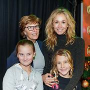 NLD/Amsterdam/20181223 - inloop The Christmas Show 2018, Wendy van Dijk en dochter Lizzy en moeder