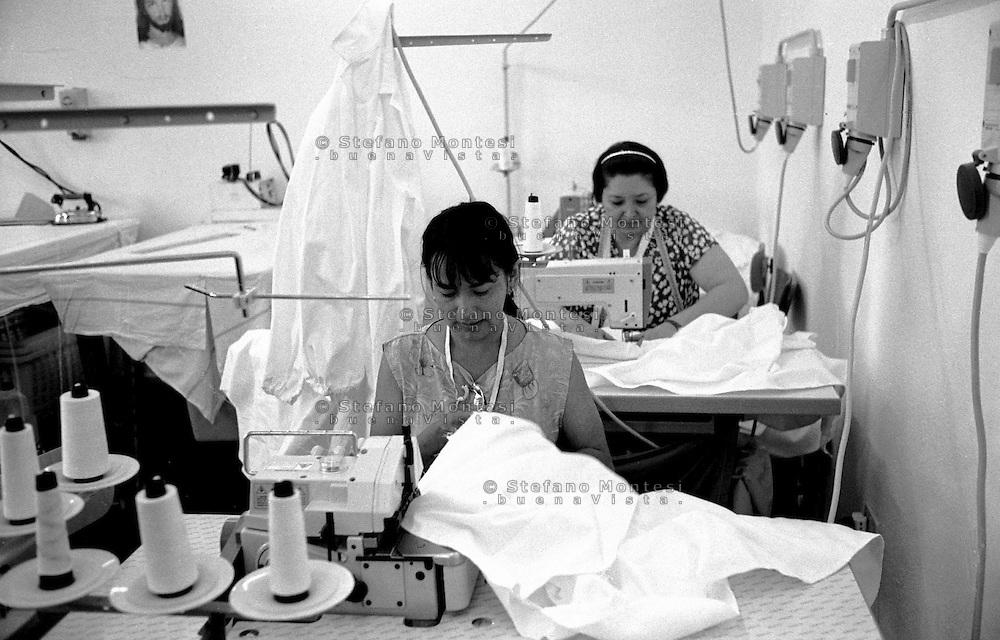 Roma 2000.Rebibbia, Carcere Femminile.Detenute lavoranti  in sartoria.Rome 2000.Rebibbia Prison Women.Workers held in tailoring