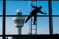 Nedeland, Schiphol, 13 april 2016<br /> Glazenwasser maakt de ramen van de hal van Schiphol schoon.  <br /> Foto: (c) Michiel Wijnbergh