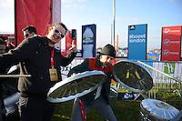 Preformers from Stomp at the start<br /> The Virgin Money London Marathon 2014<br /> 13 April 2014<br /> Photo: Javier Garcia/Virgin Money London Marathon<br /> media@london-marathon.co.uk