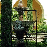 Toluca, Mex.- Un gran numero de esculturas en Hierro Forjado y Soldado del Artista Fernando Cano adornan el jardín lateral del edificio de Rectoría de la Universidad Autónoma del Estado de México (UAEM). Agencia MVT / José Hernández. (DIGITAL)<br /> <br /> NO ARCHIVAR - NO ARCHIVE
