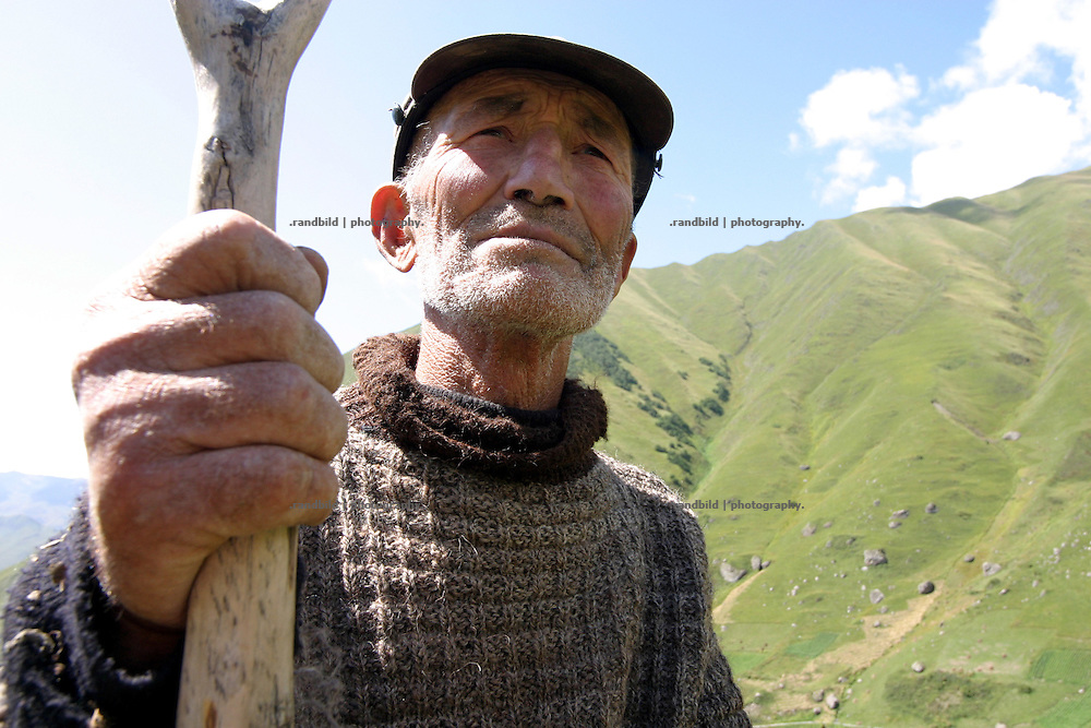 Ein georgischer Kleinbauer bei der Heuernte in den Bergen um das Kaukasusdorf Dschuta auf 2200 Metern. An old georgian farmer makes hay in his remote mountain village of Juta / Dhsuta (2.200m)