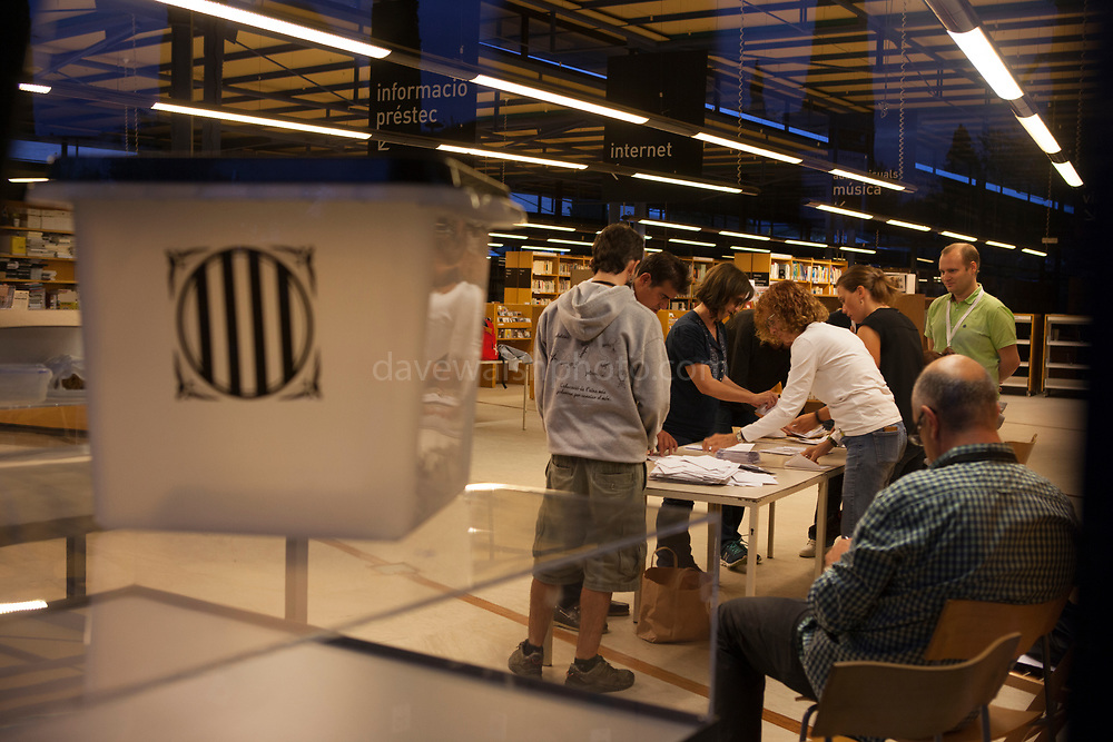 Election official holds up empty box as counting starts at Biblioteca Central Gabriel Ferrater, Sant Cugat del Valles, just outside Barcelona, Catalonia, for the Catalan Independence Referendum. <br /> October 1st 2017, Catalans voted in a binding referendum to decide whether the region should stay in Spain, or leave and become an independent Republic. The Madrid government of Mariano Rajoy sent thousands of extra police into Catalonia, brutally attacking around 10% of  voting centres and seizing ballot boxes, injuring nearly 1000 people in an effort to stop the vote. Despite the violence, there was turn turnout of well more than 42% with around 90% in favour of independence. Some 770,000 votes from an electorate of 5.5 million were stolen by police forces or unable to be cast because of raids.
