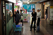 Untergrund Passage am Express Bus Terminal im Zentrum der koreanischen Hauptstadt Seoul verladen.<br /> <br /> Underground arcade located at the Express Bus Terminal in the city center of the Korean capital Seoul.