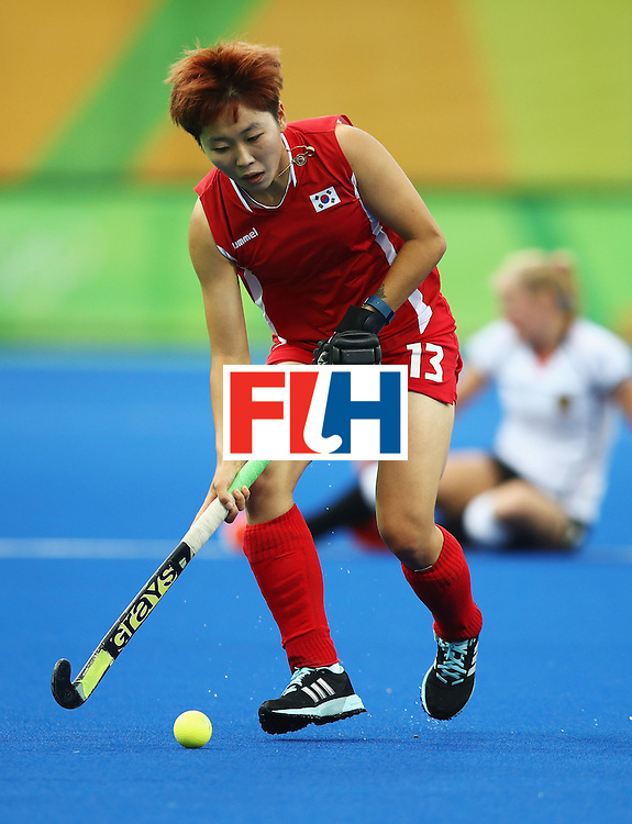 RIO DE JANEIRO, BRAZIL - AUGUST 10:  Eunbi Cheon of Korea in action during the Women's Pool B Match between Germany and Korea on Day 5 of the Rio 2016 Olympic Games at the Olympic Hockey Centre on August 10, 2016 in Rio de Janeiro, Brazil.  (Photo by Mark Kolbe/Getty Images)