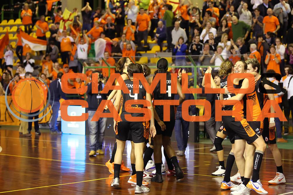 DESCRIZIONE : Lucca Lega A1 Femminile 2012-13 Final Four Coppa Italia 2013 Finale Gesam Gas Lucca Famila Wuber Schio<br /> GIOCATORE : the team la squadra<br /> SQUADRA : Famila Wuber Schio<br /> EVENTO : Campionato Lega A1 Femminile 2012-2013 <br /> GARA : Gesam Gas Lucca Famila Wuber Schio<br /> DATA : 10/03/2013<br /> CATEGORIA : esultanza<br /> SPORT : Pallacanestro <br /> AUTORE : Agenzia Ciamillo-Castoria/ElioCastoria<br /> Galleria : Lega Basket Femminile 2012-2013 <br /> Fotonotizia : Lucca Lega A1 Femminile 2012-13 Final Four Coppa Italia 2013 Finale Gesam Gas Lucca Famila Wuber Schio<br /> Predefinita :