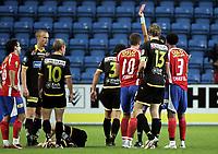 Fotball<br /> SAS Cup NM Norgesmesterskap<br /> Kvartfinale<br /> 19.08.07<br /> Ullevaal Stadion<br /> FC Lyn Oslo - Lillestrøm LSK<br /> Magnus Powell (10) får rødt kort - utvisning - av dommer Svein Erik Edvartsen - Til venstre ligger På Steffen Andresen skadet etter duellen med Powell<br /> Foto - Kasper Wikestad