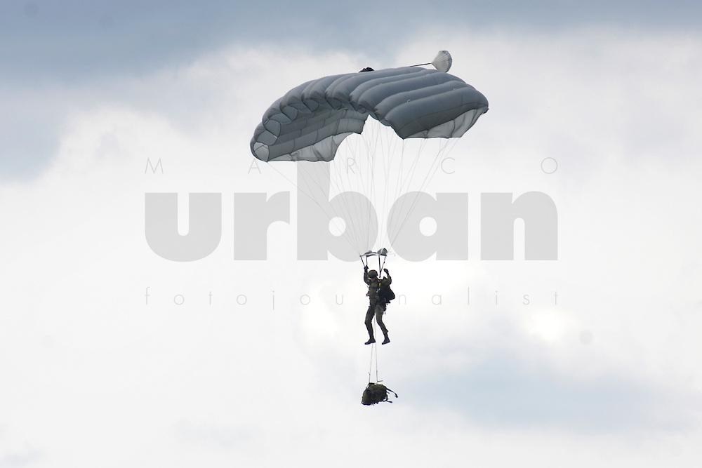 07 JUN 2006, MERZIG/GERMANY:<br /> Fallschirmjaeger Luftlandebrigade 26, die am Einsatz der Bundeswehr im Rahmen der EU Mission EUFOR RD Congo teilnehmen wird, im Sprung, mit Fallschirm, Truppenuebungsplatz<br /> IMAGE: 20060607-01-008<br /> KEYWORDS:Heer, Soldat, Fallschirmj&auml;ger