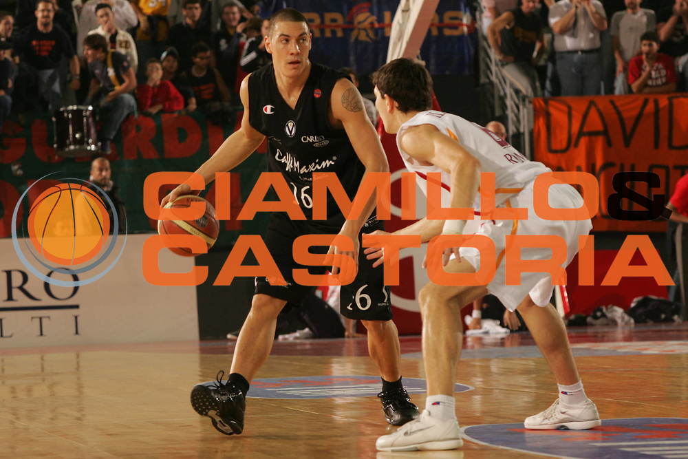 DESCRIZIONE : ROMA CAMPIONATO LEGA A1 2004-2005<br />GIOCATORE : DI BELLA<br />SQUADRA : VIRTUS BOLOGNA<br />EVENTO : CAMPIONATO LEGA A1 2004-2005 <br />GARA : VIRTUS ROMA-VIRTUS BOLOGNA<br />DATA : 27/10/2005<br />CATEGORIA : PALLEGGIO<br />SPORT : Pallacanestro<br />AUTORE : AGENZIA CIAMILLO &amp; CASTORIA/P.Lazzeroni