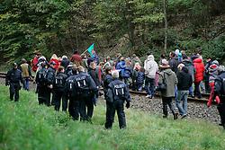 Kurz vor dem Umladebahnhof in Dannenberg versammeln sich Castorgegner zum sonntaglichen Spaziergang. Zunächst gehen sie, in Begleitung der Polizei, friedlich auf dem Bahndamm und lassen den Personenzug passieren. Am Übergang Posade kommt es zu Handgreiflichkeiten, als die Polizei ein Kletterband durchschneidet. <br /> <br /> Ort: Posade<br /> Copyright: Karin Behr<br /> Quelle: PubliXviewinG