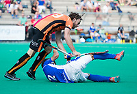 ROTTERDAM -  Bob de Voogd (Oranje-Rood) met Bram van Battum (Kampong)   tijdens de wedstrijd om de derde plaats , Kampong- Oranje Rood , bij de ABN AMRO cup. COPYRIGHT KOEN SUYK
