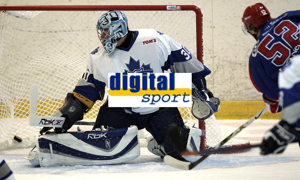 Ishockey<br /> GET-Ligaen<br /> 27.09.07<br /> Furuset Forum<br /> Furuset - V&aring;lerenga VIF<br /> Anders Fredriksen scorer 4-0 p&aring; Furusets keeper Lage Knutsen<br /> Foto - Kasper Wikestad