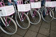 Wijkzusters voor de Utrechtse krachtwijken Ondiep, Overvecht en Zuilen krijgen van wethouder Eberhardt nieuwe fietsen in het kader van het project Zichtbare Schakel. Het project moet de wijkverpleegkundigen zichtbaar maken in de wijk. De verpleegkundigen verlenen niet alleen zorg, maar zijn ook aanspreekpunt tussen bewoners en de professionals.<br /> <br /> Nurses in Utrecht are equipped with new bicycles.