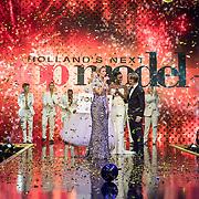 NLD/Amsterdam/20161025 - finale Holland Next Top model 2016, presentatrice Anouk Smulders - Voorveld, winnares Akke Marije Marinus