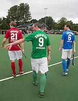 BLOEMENDAAL - Oud internationals Eby Kessing R) , Ronald Brouwer (m)  en Nick Meijer, (l)  alle spelers van Bloemendaal, namen afscheid met een afscheidsdrieluik. COPYRIGHT KOEN SUYK