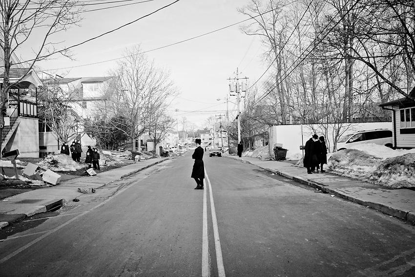 Uomini e donne a New Square devono camminare in lati diversi della strada per evitare il contatto fisico tra i due sessi che potrebbe produrre &quot;relazioni proibite&quot; all'esterno dei rispettivi matrimoni.<br /> Questa e` la strada pricipale di New Square e gli uomini camminano a destra e le donne a sinistra a meno che uno non debba attraversare la strada. Foto scattata il 9 Marzo, 2014.