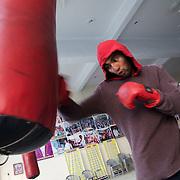 Un élève s'entraîne avec le punching-ball dans le gymnase du BBC (Bhiwani Boxing Club) de Bhiwani, ville rurale pas loin de Delhi