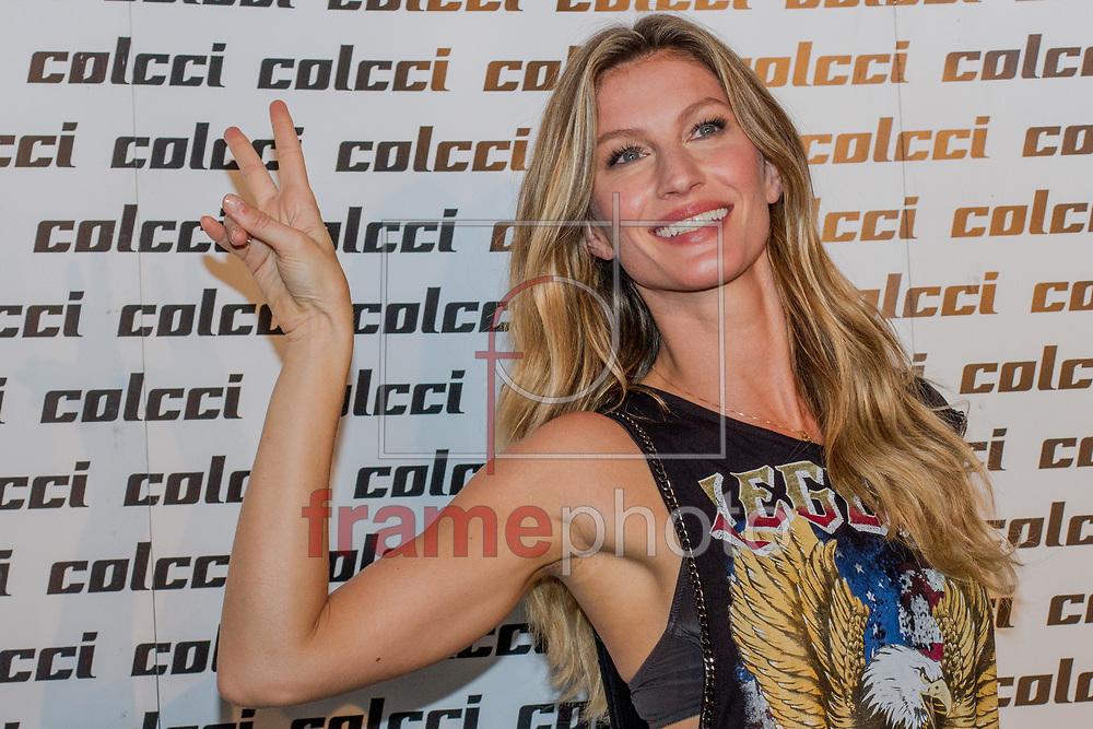 São Paulo, 04/11/2014 - A modelo Gisele Bundchen no nackstage da grife Colcci durante a 38a edição do SPFW, no Parque Cândido Portinari; entre 3 e 7 de novembro, evento celebra seus 20 anos como a maior semana de moda do Hemisfério Sul. Foto: Carla Carniel/Frame