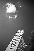"""La Concattedrale Ë stata costruita nel 1970 su progetto del famoso architetto GiÚ Ponti. Accanto al patrono di Taranto (San Cataldo) a partire dallo scampato terremoto di due secoli fa, la Vergine Ë ritenuta la protettrice della citt?. E cosÏ la Concattedrale Ë stata dedicata alla Gran Madre di Dio. Nel progetto realizzato da GiÚ Ponti, il luogo di culto doveva avere uno stretto legame con la tradizione marinara del capoluogo ionico..La facciata, infatti, rappresenta una """"vela"""" che si riflette nell'acqua delle tre vasche collocate nel piazzale antistante, e cioË il mare. In realt? la Concattedrale ha una duplice facciata..La chiesa superiore puÚ ospitare 3.000 persone. Anche l'interno ci sono dei richiami marinareschi, come le due colonne ai alti del presbiterio che reggono delle ancore simboliche. L'organo Ë nascosto all'interno della chiesa, e il suono sembra che si propaghi in maniera corale. L'altare maggiore Ë tutto di pietra, con decorazioni in ferro rozzamente colorato di verde per la parte rivolta ai fedeli..Lo stesso GiÚ Ponti dipinse sulla parete dietro all'altare l'Angelo dell'Annuncia-zione e la Madonna. Per oltre un decennio la Concattedrale Ë rimasta priva delle vasche per la sua """"vela"""", che sono state ripristinate di recente dall'Amministrazione Comunale (fonte http://wikimapia.org/1658965/Concattedrale-di-Taranto).. ."""