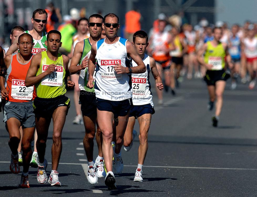 15-04-2007 ATLETIEK: FORTIS MARATHON: ROTTERDAM<br /> In Rotterdam werd zondag de 27e editie van de Marathon gehouden. De marathon werd rond de klok van 2 stilgelegd wegens de hitte en het grote aantal uitvallers / Greg van Hest en Hugo van den Broek op de Erasmusbrug<br /> &copy;2007-WWW.FOTOHOOGENDOORN.NL