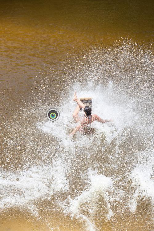 Mulher descendo de skibunda em Lagoa de Jacuma./Woman down the Jacuma Lagoon in Skibunda. Rio Grande do Norte, Brasil - 2013