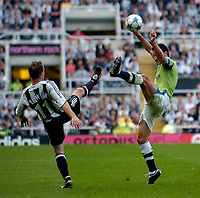 Fotball<br /> England 2005/2006<br /> Foto: SBI/Digitalsport<br /> NORWAY ONLY<br /> <br /> Newcastle United v Deportivo La Coruna<br /> Intertoto Cup.<br /> 03/08/2005.<br /> Deportivo's Lionel Scaloni (R) challenges for the ball with Newcastle's Lee Bowyer