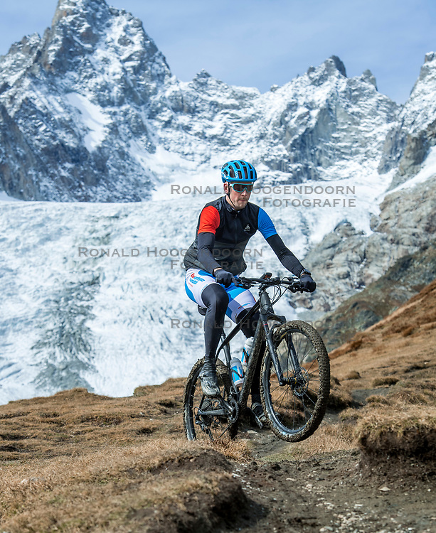 15-09-2017 ITA: BvdGF Tour du Mont Blanc day 6, Courmayeur <br /> We starten met een dalende tendens waarbij veel uitdagende paden worden verreden. Om op het dak van deze Tour te komen, de Grand Col Ferret 2537 m., staat ons een pittige klim (lopend) te wachten. Na een welverdiende afdaling bereiken we het Italiaanse bergstadje Courmayeur. Jeroen
