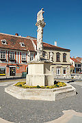 Trinity column in the pedestrian area in the city of Koeszeg, Guens in Western Hungary.Dreifaltigkeitssäule in der Fußgängerzone in der westungarischen Stadt Köszeg Güns, Ungarn