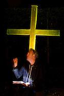 Nederland, Den Bosch, 20151107.<br /> Zielen in Gedachten op begraafplaats Orthen in Den Bosch. Stadschroniqueur Eric Alink spreekt troostteksten uit.<br /> Zielen in Gedachten is een jaarlijkse herdenkingsbijeenkomst voor iedereen die hun overledenen in een sfeervolle, ingetogen omgeving wil gedenken. Een sfeervol uitgelichte route voert langs muziek, rituelen, beelden, verhalen en po&euml;zie op begraafplaats Orthen<br /> <br /> Netherlands, Den Bosch, 20151107.<br /> Souls in Thoughts on cemetery Orthen in Den Bosch. <br /> Souls in Thoughts is an annual commemoration for all who want to remember their dead in a stylish, understated surroundings . An atmospheric highlighted route goes past music, rituals, images, stories and poetry on cemetery Orthen