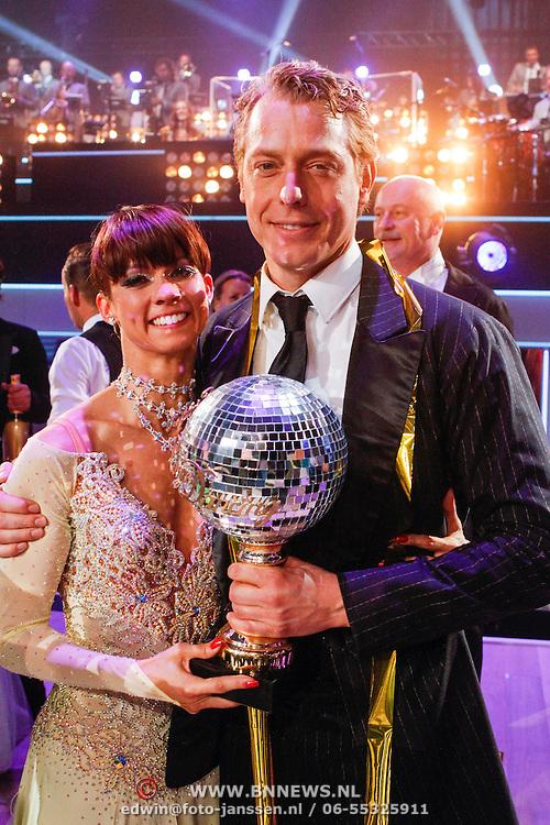 NLD/Hilversum/20121014 - Finale Strictly Come Dancing 2012, Mark van Eeuwen en danspartner Jessica Maybury met de trofee