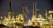 Nederland, Rotterdam, 12-5-2017Raffinaderij en opslagtanks van Koninklijke Shell , olieverwerkende industrie, een terrein met opslagtanks en raffinage voor olie. Rotterdam is in Europa de grootste importhaven en een van de grootste ter wereld voor overslag en raffinage van ruwe olie. De aangevoerde olie wordt voor ongeveer de helft gebruikt door raffinaderijen van Shell, BP, Esso, Exxon Mobil, Kuwait Petroleum, en Koch. De rest wordt per pijpleiding naar Vlissingen, Belgie en Duitsland overgeslagen.Foto: Flip Franssen