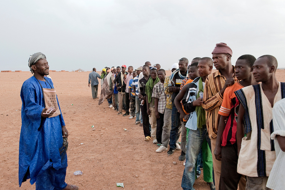 Mohamed aka Boss speaking to african migrants just before their travel to Dirkou through the ténéré desert